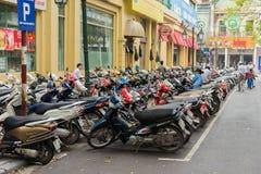 河内,越南- 2015年3月15日:摩托车停车处在街道上的在Trang连队街道 河内缺乏摩托车的停车场 免版税库存图片