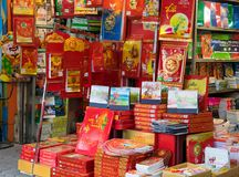 河内,越南- 2014年11月16日:束在一家小书店的销售中显示的新年日历在Ba Trieu街道上 库存图片
