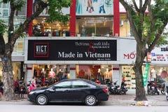 河内,越南- 2014年11月16日:正面图在越南商店做了在Ba Trieu街道 这是出口布料的优良品质 库存照片