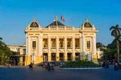 河内,越南- 2014年9月14日:河内歌剧院在清楚的晚上,塑造在Palais Garnier,老巴黎` s两歌剧 图库摄影