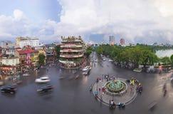 河内,越南- 2015年8月28日:河内都市风景空中全景视图在微明的在位于在Hoan Kiem湖旁边的交叉点 库存图片