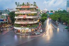 河内,越南- 2015年8月28日:河内都市风景鸟瞰图在微明的在位于在Hoan Kiem湖,中心旁边的交叉点 免版税库存图片