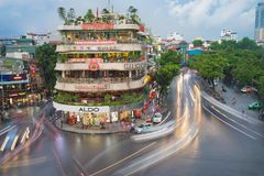 河内,越南- 2015年8月28日:河内都市风景鸟瞰图在微明的在位于在Hoan Kiem湖,中心旁边的交叉点 库存照片