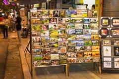 河内,越南- 2014年11月2日:照片印刷品和地图在一家小流动商店的机架卖的对游人在Ma 5月街道,老qu上 库存照片