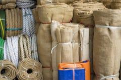 河内,越南- 2015年10月25日:由竹子或森林做的传统睡觉席子待售在吊Chieu街道 免版税库存图片