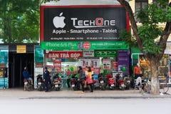 河内,越南- 2014年11月16日:电存储器正面图在吊Bai街道的 越南成为潜在的高科技产品 库存图片