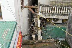 河内,越南- 2015年3月15日:电导线在河内,越南横渡房子 电导线的大收藏量是共同性坐 免版税库存图片