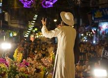 河内,越南- 2014年11月2日:男性艺术家执行民间音乐和歌曲 展示为游人每晚是自由的在o的Ma 5月st的 免版税库存照片