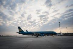 河内,越南- 2016年10月22日:空中客车越航321在日落的Noi Bai机场 库存图片