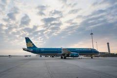 河内,越南- 2016年10月22日:空中客车越航321在日落的Noi Bai机场 免版税库存图片