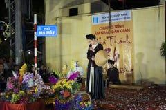 河内,越南- 2014年11月2日:穿古老衣裳唱民间音乐和歌曲在Ma 5月st,老镇的越南妇女歌手  库存照片