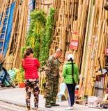 河内,越南- 2016年12月16日:竹台阶销售在地方市场上 复制文本的空间 图库摄影
