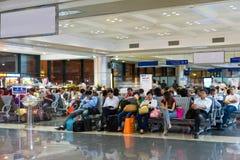 河内,越南- 2014年11月27日:等待他们的飞行的乘客在候诊室, Noi Bai机场 免版税库存图片