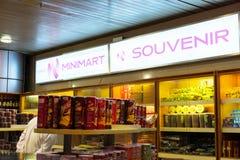河内,越南- 2014年11月27日:纪念品店在Noi Bai机场 免版税库存照片