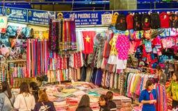 河内,越南- 2016年12月16日:纺织品销售在地方市场上 免版税库存图片