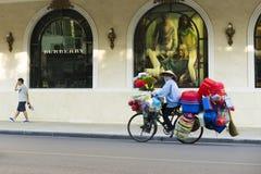 河内,越南- 2014年9月14日:继续前进街道的人们由在吊Bai街道上的Trang连队广场 广场是偶象地标se 免版税库存照片