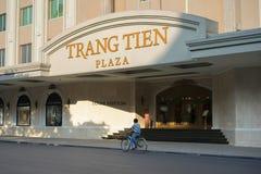 河内,越南- 2014年9月14日:继续前进街道的人们由在吊Bai街道上的Trang连队广场 广场是一个偶象地标集合 库存照片
