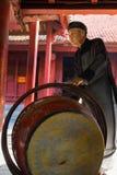 河内,越南- 2016年7月24日:老人打的鼓由木头和水牛皮革制成在文学,河内寺庙  ma 库存图片