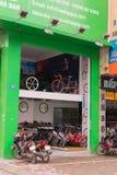 河内,越南- 2015年3月15日:自行车商店外部正面图Xa丹街道的,河内 免版税库存照片