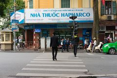 河内,越南- 2014年11月16日:药房正面图和人横渡的街道透视在吊Khay街道上,在Hoan Kiem l附近 库存照片