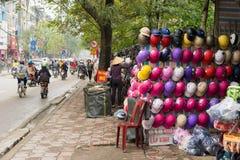 河内,越南- 2015年3月15日:许多上色在销售中的摩托车盔甲在Chua Boc街道上 质量差盔甲是严重的问题  免版税库存图片