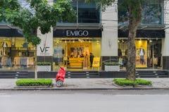 河内,越南- 2015年3月15日:豪华时尚商店的外部正面图在李公蕴街道上的 库存照片