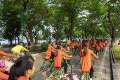 河内,越南- 2016年10月16日:越南女孩穿传统长的礼服Ao循环在河内街道上的戴 免版税库存图片