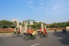 河内,越南- 2016年10月16日:越南女孩穿传统长的礼服Ao循环在河内街道上的戴 库存照片