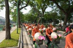 河内,越南- 2016年10月16日:越南女孩穿传统长的礼服Ao循环在河内街道上的戴 图库摄影