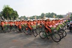 河内,越南- 2016年10月16日:越南女孩穿传统长的礼服Ao循环在河内街道上的戴 库存图片