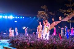 河内,越南- 2016年10月15日:越南女孩穿戴传统礼服是在阶段的Ao戴在节日在Thang皇家城堡  免版税库存照片
