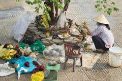 河内,越南- 2015年10月25日:越南妇女在长的比恩市场旁边杀害在边路的鸡 不卫生的未加工的食物的概念 免版税库存图片