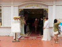 河内,越南- 2015年3月15日:越南结婚宴会区域外部门面视图  在旅馆里组织的主要都市婚礼 免版税库存照片