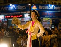 河内,越南- 2014年11月2日:越南艺术家执行民间音乐和歌曲在Ma 5月st,河内老镇  男性艺术家戏剧 免版税库存图片