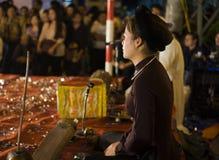 河内,越南- 2014年11月2日:越南艺术家旁边画象执行民间音乐和歌曲在Ma 5月st,河内老镇  的treadled 免版税库存图片
