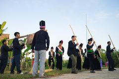 河内,越南- 2015年11月15日:进行传统舞蹈祈祷为雨的少数族裔人在越南种族g村庄  库存照片