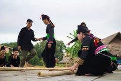 河内,越南- 2015年11月15日:进行传统舞蹈祈祷为雨的少数族裔人在越南种族g村庄  免版税库存图片
