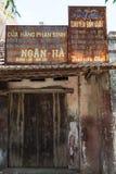河内,越南- 2016年7月17日:非常有生锈的板材的老闭合的商店在Duong潜逃古老村庄,儿子Tay 库存照片