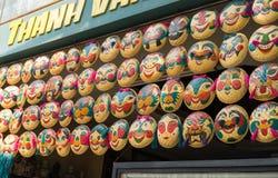 河内,越南- 2015年4月5日:面具待售在河内-秸杆盘子` s艺术-在多面孔的越南著名纪念品是销售在ma 免版税库存照片