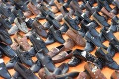河内,越南- 2016年10月11日::便宜的鞋子的各种各样的类型在河内街道上的待售 库存图片