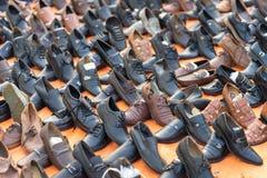 河内,越南- 2016年10月11日::便宜的鞋子的各种各样的类型在河内街道上的待售 库存照片