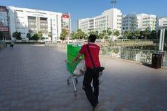 河内,越南- 2016年10月19日:Adayroi电子商务中心推挤的推车时常城市, Minh Khai街道的送货人 Vinschool b 免版税图库摄影
