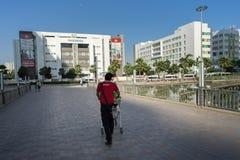河内,越南- 2016年10月19日:Adayroi电子商务中心推挤的推车时常城市, Minh Khai街道的送货人 Vinschool b 免版税库存图片