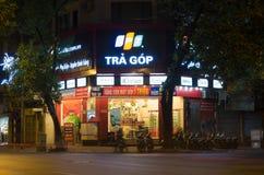 河内,越南- 2014年11月2日:FPT电信一家手机商店的正面图在河内首都的在晚上 FPT是一个bigge 免版税图库摄影