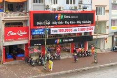 河内,越南- 2015年3月15日:FPT电信高技术商店的正面图在Xa丹街道的在河内首都 FPT是一个 库存图片