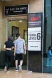 河内,越南- 2017年7月7日:GV戏院签字在Vincom中心Ba Trieu大厦,当人走入大厦 库存照片