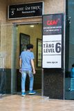 河内,越南- 2017年7月7日:GV戏院签字在Vincom中心Ba Trieu大厦,当人走入大厦 免版税库存照片