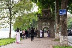 河内,越南- 2014年11月16日:Hoan Kiem湖壁角看法,有Hoa Phong古老塔的,散步和射击一些的人们 免版税库存照片