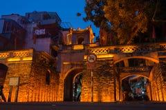河内,越南- 2016年7月8日:O权国Chuong城市门,唯一门保持Thang长的城堡在河内 免版税库存照片