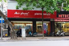 河内,越南- 2014年11月16日:Phuoc -皮尔・卡登商店,一个普遍的时尚名牌的正面图,在吊Khay街道上 免版税库存照片